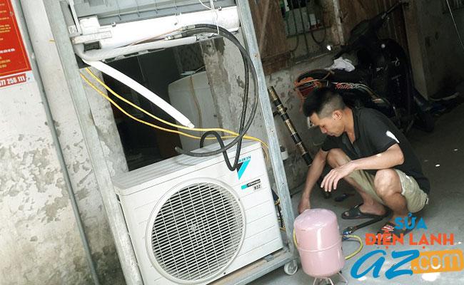 Thợ sửa điều hòa Daikin đang nạp gas