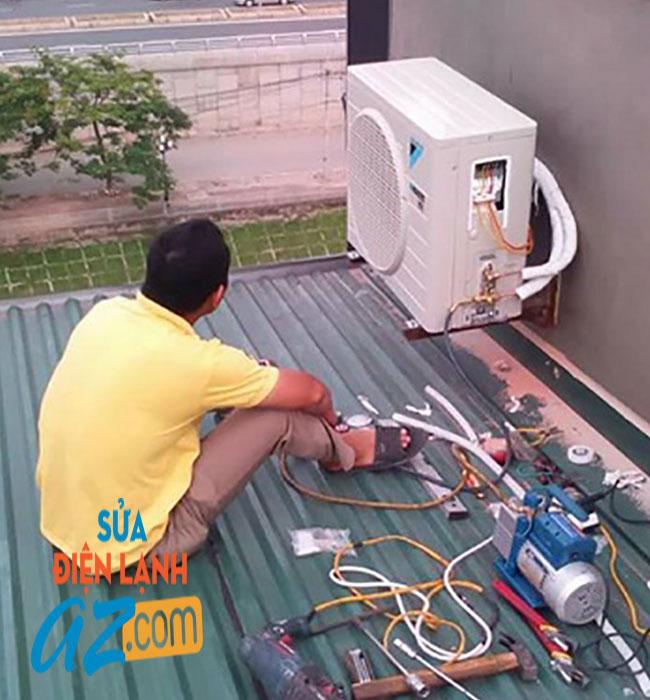 Nhân viên kỹ thuật nạp gas điều hòa tại Ba Đình